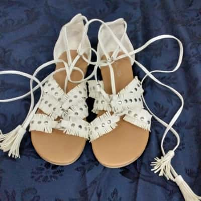 Betts Womens  Size 7 White Sandals