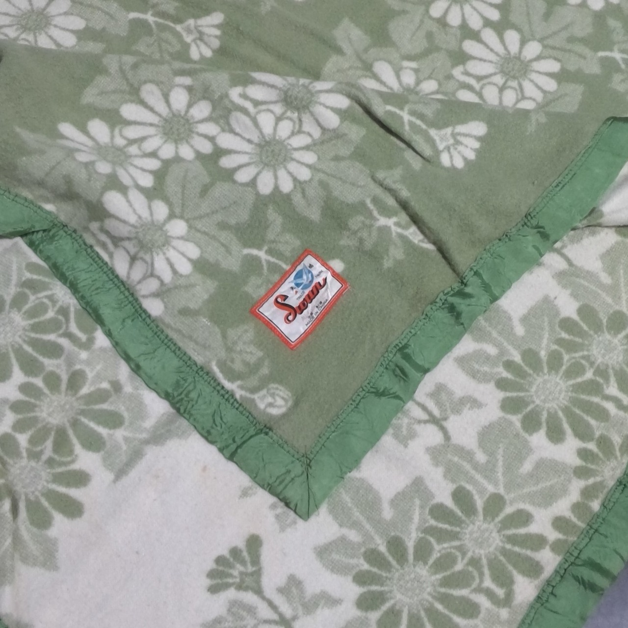 VINTAGE SWAN BRAND Green &White Floral Blanket 210 cm x 155 cm