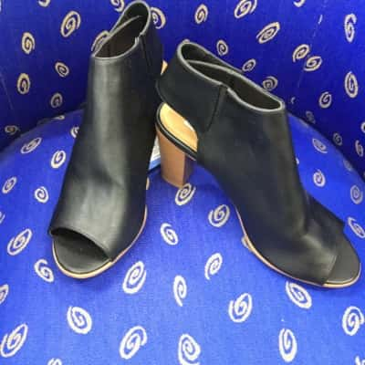 Vera Wang Womens  Size 9 Black Heels