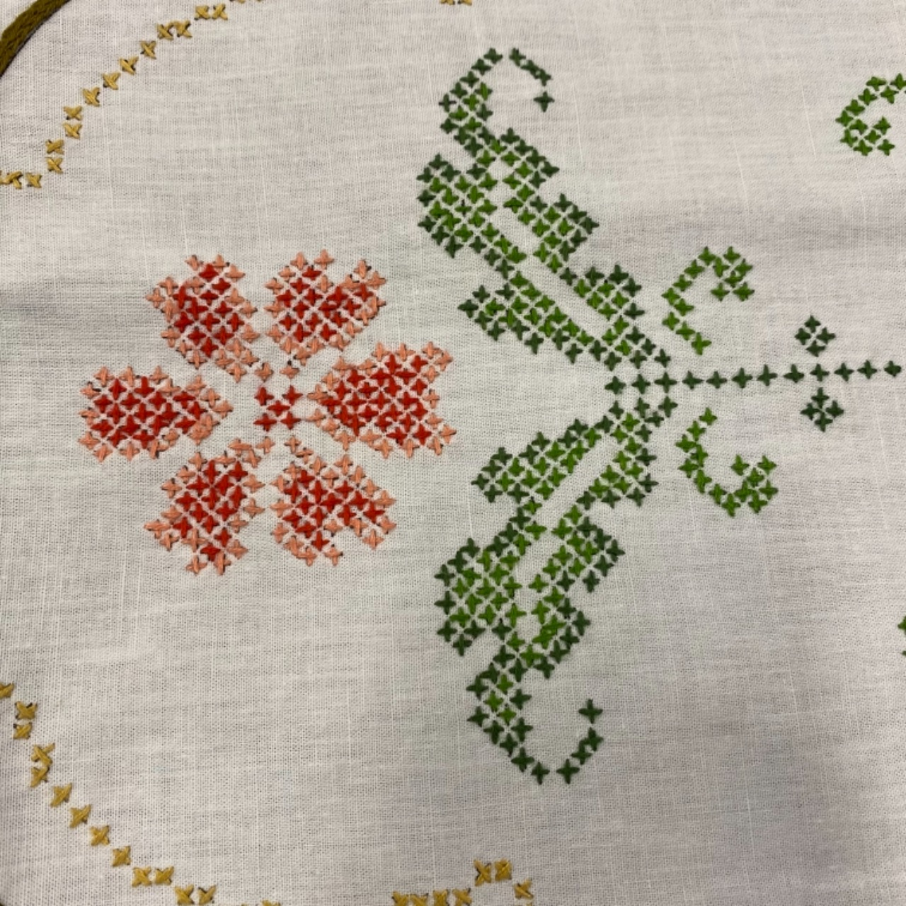 VINTAGE HAND EMBROIDERED 3 Pce Table Placemats/ Doileys / Cloths